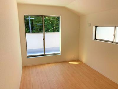 2F 洋室 ※同仕様写真 洋室は各部屋にクローゼットが設けられており、収納が非常に充実しております