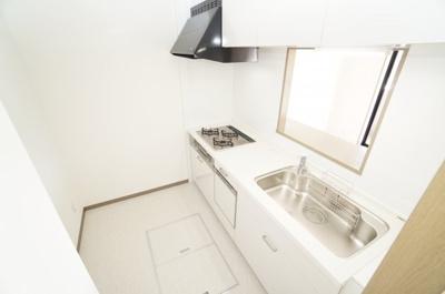 【明るさ&広さ!】 明るい自然光が入るキッチン作業スペースを多くとったキッチン。 夫婦そろってキッチンに立っても調理がしやすい! 食器類もすっきりと片付く収納力。 家事をしながら会話も弾みます。