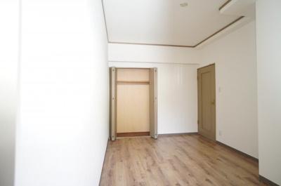 【東側洋室約6.0帖】 居室にはクローゼットを完備し、 自由度の高い家具の配置が叶うシンプルな空間です。 お子様の成長と必要になる子供部屋としても ぴったりの間取りですね。