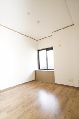 【西側洋室約6.2帖】 建材の色合いからモダンテイストも似合いそうな洋室。 主寝室としてもご利用頂ける広さがあり、 大型の家具を置くなどしても使い勝手は良さそうです。