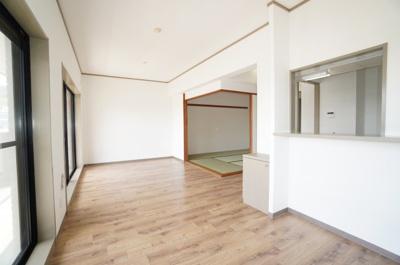 【南側バルコニー!】 南側バルコニーに面したリビングで明るく、 お気に入りの家具が映える空間。 ダイニングテーブルやソファなども配置もしやすく 空間を最大限に活用できます。