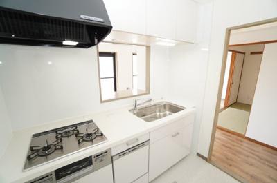 【システムキッチン】 新規交換のシステムキッチンです。 大きなシンクにゆとりある作業スペース、 お料理もお掃除もしやすい3つ口コンロ、 一度に5人分の食器が洗える食器洗い乾燥機に、 収納も豊富!