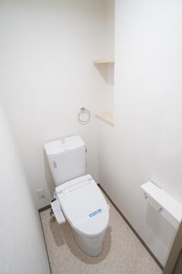 【サニタリールーム】 高機能のトイレです。 ツインペーパーホルダーなので、 もしもの時も慌てない!! あると嬉しい棚付いてます!