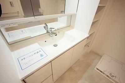 収納たっぷりな三面鏡付き洗面化粧台は朝の支度に欠かせませんね。