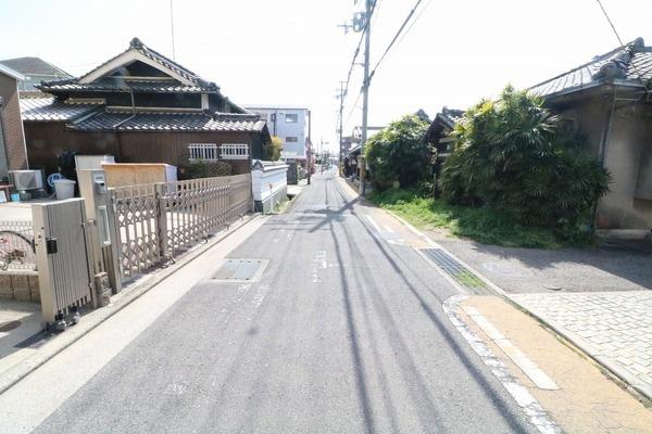前面道路は一方通行で車通りも少なく、周辺は住宅が多いです♪