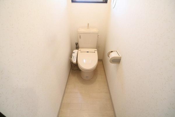 1階ウォシュレット付きトイレ。2階にもトイレあります♪
