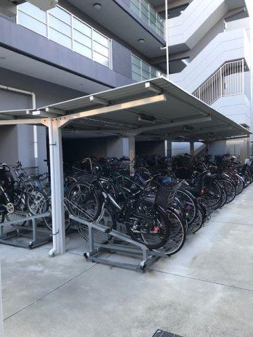 マンション敷地内には屋根付の駐輪場がございます。