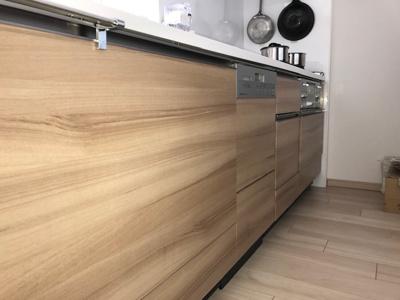 飽きのこないナチュラルな色のシステムキッチンには食洗機が完備で、後片付けも楽々に行えますね♪