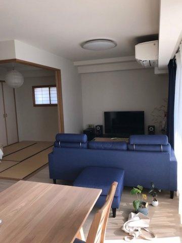 リビング(16.0帖)南向きバルコニーからの採光がたっぷり入る明るいお部屋です。床暖房完備で冬も温かく快適にお過ごしい頂けますよ♪  ※居住中の為、家具等は付いてきません。