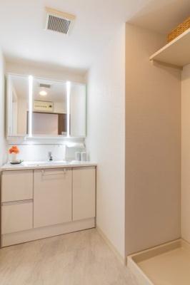 新調したての洗面化粧台には収納がたっぷりついており、毎日使う化粧水や整髪料等もスッキリ収納でき、朝の身支度もスムーズに行う事ができますね♪洗濯機置場の上には棚がついており、洗剤等を置くのに便利です。