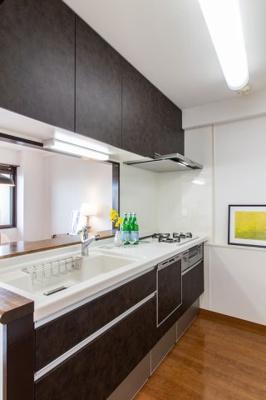 新調し立てのシックなお色のシステムキッチンには食洗機完備で、後片付けも楽々行えますね♪ 対面式キッチンですと、ご家族との会話も増え楽しくお料理できますね♪