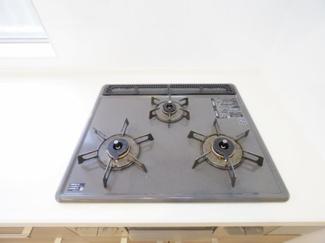 三口コンロで料理の幅を拡げてくれる使いやすいシステムキッチンを採用