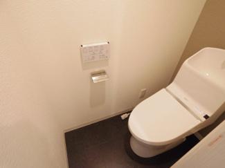 白を基調とした清潔感のあるウォシュレット付きのトイレです