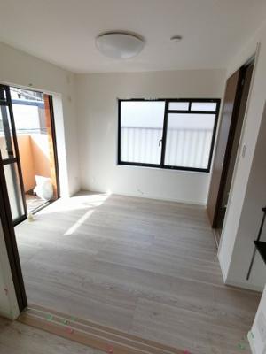 4.7帖の洋室は2面採光で日当たり・風通し◎ 引戸を開けてリビングの一部としても♪