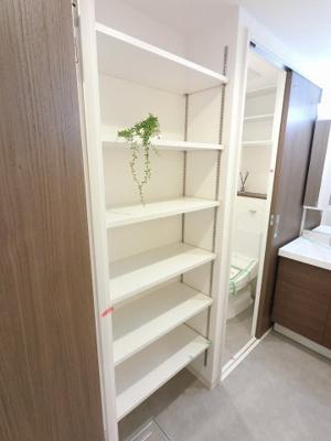 洗面室の可動棚式の棚です。 衣類や洗濯用品などライフスタイルに合わせて収納できます。