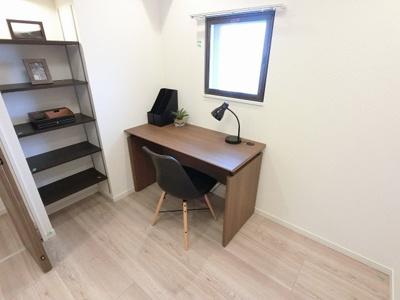 4.3帖の洋室です。 お子様の勉強スペース・ワークスペース等多目的に活用できます。