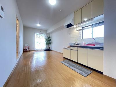 サービスバルコニーに繋がる角部屋二面採光11.8帖のリビングダイニングキッチンです♪椅子とテーブルを囲んで家族団欒の時間を過ごせます♪