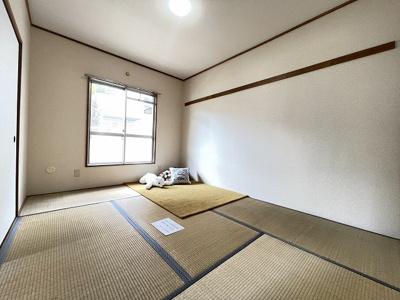 バルコニーに繋がる南向き6帖の落ち着く和室です!和室は冬場はコタツでほっこり♪夏は意外と涼しくて使い勝手がいいんですよ♪