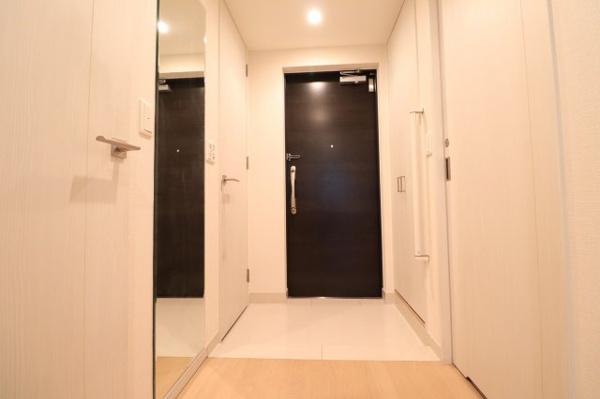 【玄関】建具が明るいカラーなので清潔感があり明るい玄関の印象に◎