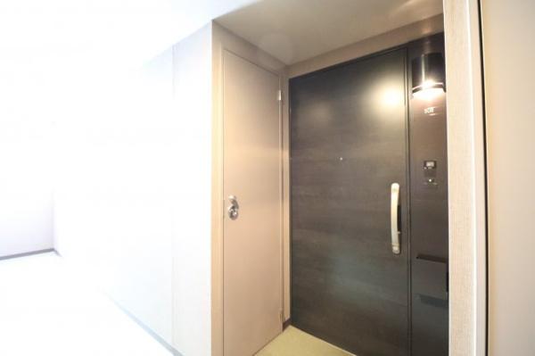 【外から見た玄関】トランクルームがあり収納力〇