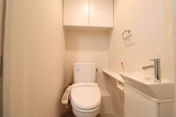 【トイレ】手洗いボウルあり!吊戸棚付きで収納に困りません!