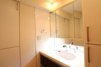 【洗面室】三面鏡裏収納はもちろん、リネン庫もあるので使いやすい間取り設計です!