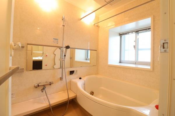 【浴室】窓付きなので換気もでき、1418浴槽で広々♪