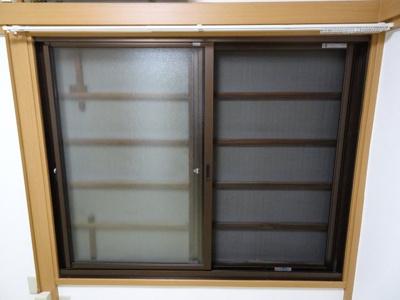 橋本荘 窓には網戸と雨戸があります