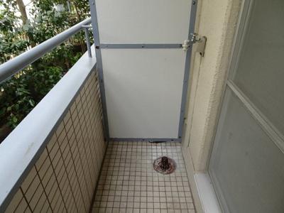 マンション太田 洗濯機置き場はベランダにあり、そのまま干せます