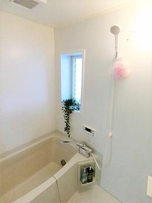 バスルームは追焚機能付き☆温め直しができるので節約になります♪小窓があるので湿気がこもりにくくて良いですね♪