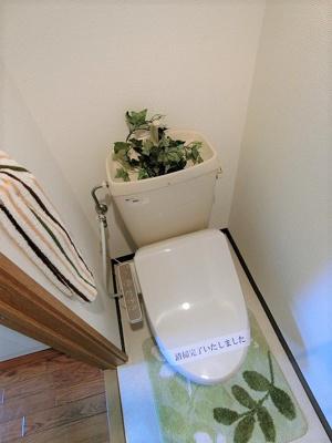 人気のシャワートイレ・バストイレ別♪トイレが独立していると使いやすいですよね☆横にはタオルを掛けられるハンガーもあります♪