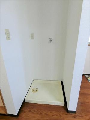 バスルームの横にある室内洗濯機置き場です♪防水パンが付いているので万が一の漏水にも安心です!
