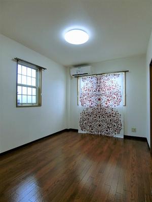 南向き角部屋二面採光洋室6帖のお部屋です!エアコン付きで1年中快適に過ごせますね☆フローリングなので毎日のお手入れもラクラクできちゃいます♪