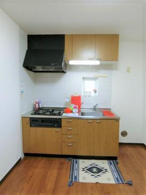 木目調のおしゃれなデザインのシステムキッチンです!換気のできる窓付きでお料理の匂いもこもりません♪
