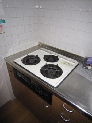 3口ガスコンロ/グリル付きシステムキッチンです☆グリルがあるとお料理の幅が広がりますね♪自炊生活で楽しく健康に!