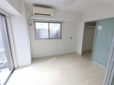 4.7帖の洋室は主寝室にいかがでしょうか。 2面採光で日当たり・風通し◎
