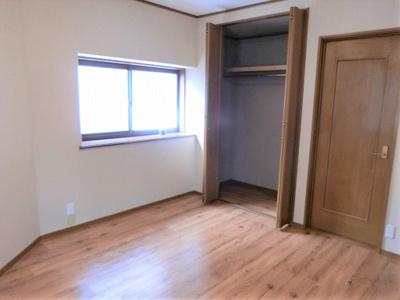 【現地写真】 リビング以外の居室、豊富な収納も魅力の一つです♪