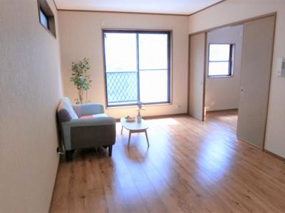 【現地写真】 明るい陽差しが降り注ぐLDKなど、ゆとりあふれる室内空間が心地よい暮らしを実現♪