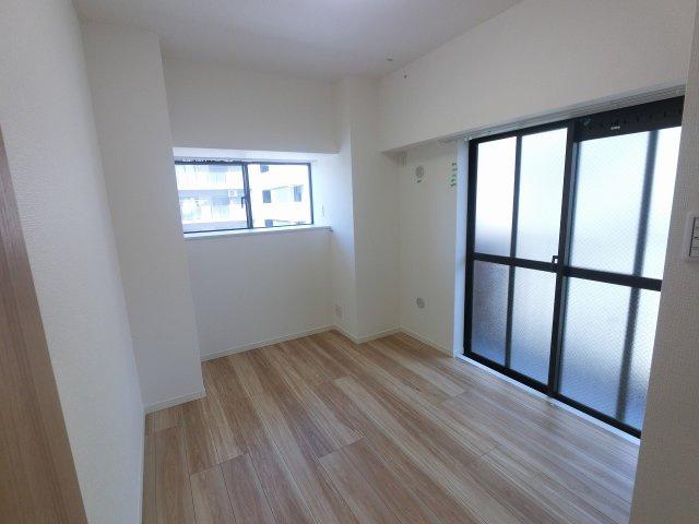 5.4帖の洋室です。 2面採光で採光・風通し◎
