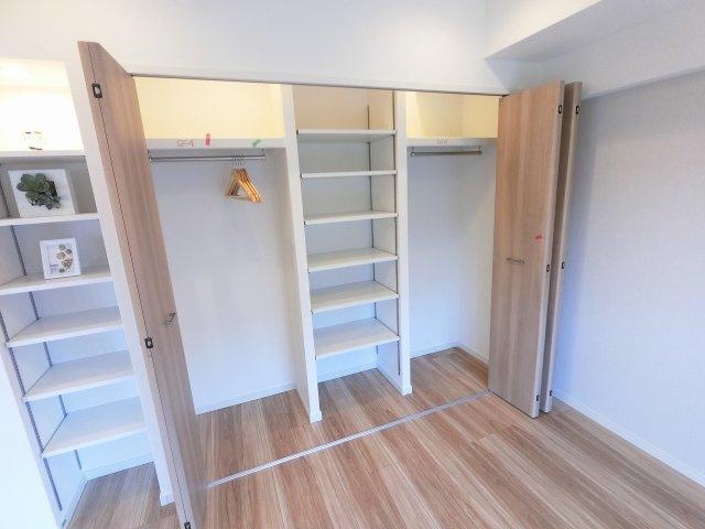 6.0帖のシステム収納です。 たっぷり収納できるためお部屋を広くお使い出来ます。