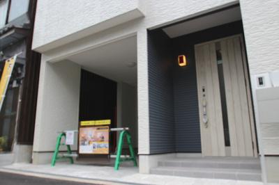 【施工例】玄関施工例です。扉のデザインや色などもお選びいただけます。
