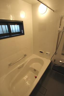 【施工例】浴室施工例。浴室乾燥機も標準仕様ですので、湿気やカビに悩まされない清潔な浴室が保てます。