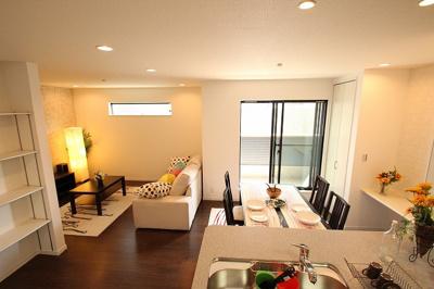 【施工例】採光が良好なリビングは明るい雰囲気で快適に過ごせます。