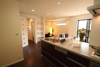 【施工例】キッチンも食洗器や3口コンロなどが標準仕様。お料理がはかどるキッチンを実現できます。