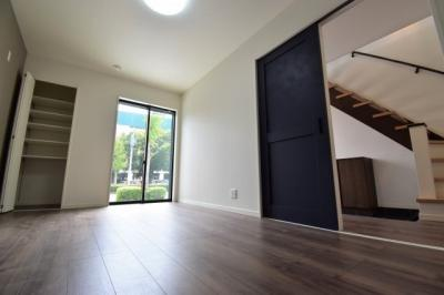 約7.3帖の洋室。十分な広さを確保。大型ウォークインクローゼットもございます。