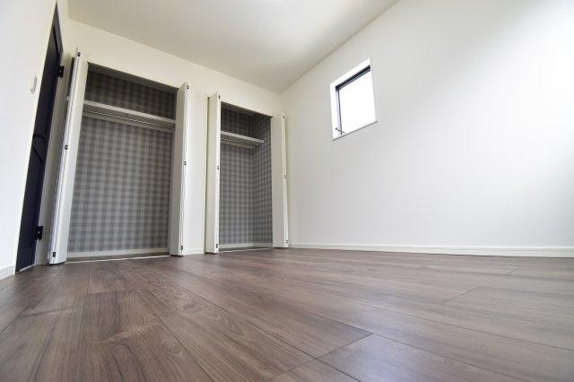 2階部分の約6帖の洋室。大型クローゼット2つございますので6帖を有効活用できそう。
