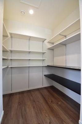 キッチン背面には大型パントリー。これだけスペースがあれば収納にもこまらなさそうですね。