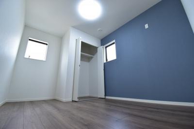 約5.8帖の納戸スペース。全居室収納完備でお部屋もスッキリまとまりそう。