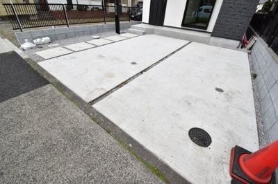 十分な広さが確保されたカースペースは2台分。自転車も停められるので助かります。
