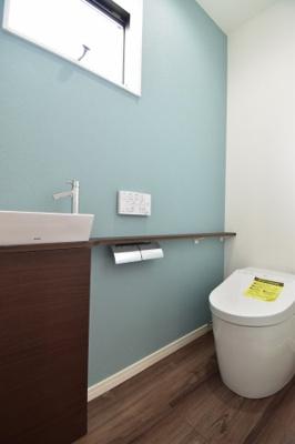 嬉しい手洗い器付き。窓があり、風を取り込めるシャワートイレは1F2Fと2か所設置。
